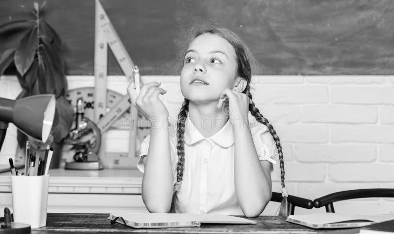 Beschleunigung in die Zukunft Hometasch-Konzept Zurück zur Schule am ersten September Mädchenniedliches Kind sitzt im Klassenzimm stockbild