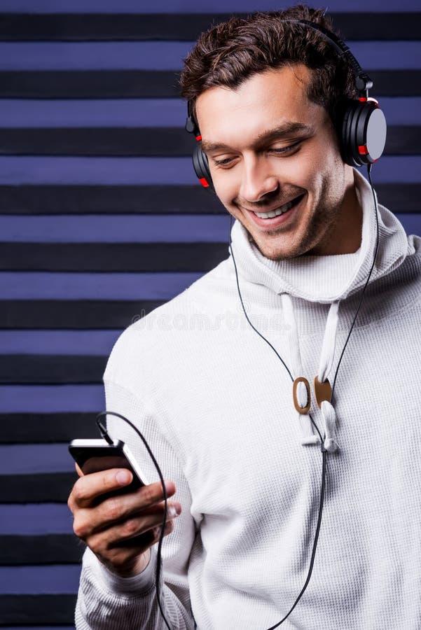 Beschließen von Musik, um zu hören lizenzfreie stockfotografie