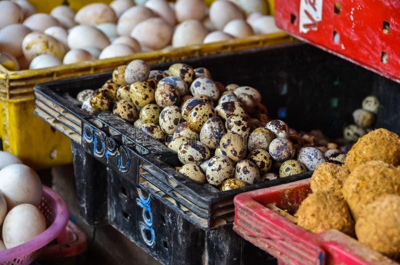 Beschmutzte Eier für Verkauf im Markt in Vietnam lizenzfreie stockbilder