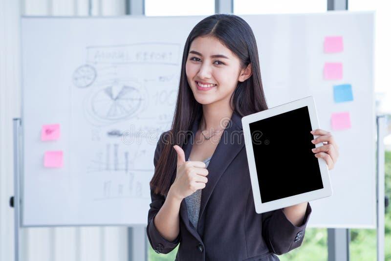 Beschneidungspfad auf schwarzem Schirm, Geschäftsfrau-Showdaumen oben und Digital-Tablet-Computer halten lokalisiert auf Hintergr lizenzfreies stockfoto
