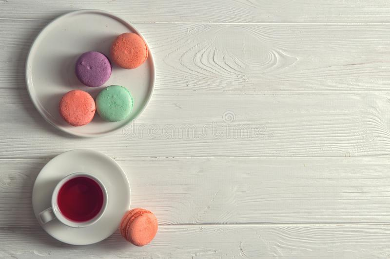 Beschneidungspfad eingeschlossen Abschluss oben Provence-Frühstück helle macarons auf einer Ronde, eine Schale Beerentee, ein rus stockfoto
