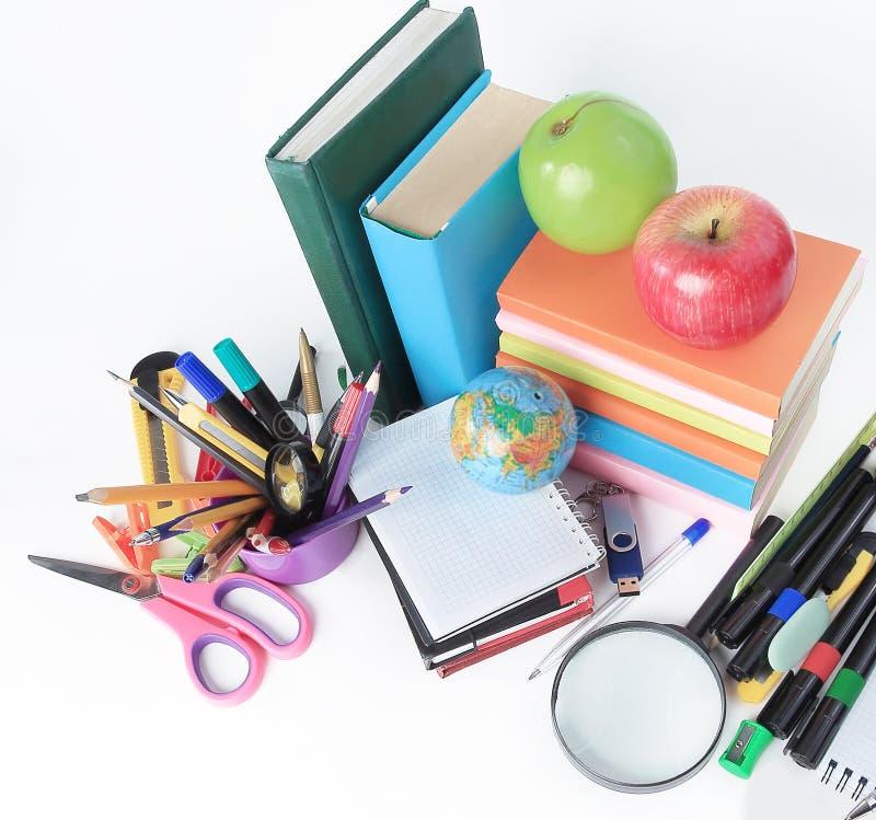 Beschneidungspfad eingeschlossen eine Vielzahl des Schulbedarfs auf einem weißen Hintergrund Foto mit Kopienraum stockfotos