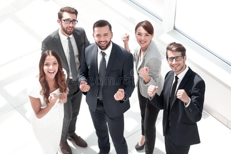 Beschneidungspfad eingeschlossen Glückliches Geschäftsteam, das ihren Erfolg zeigt lizenzfreie stockfotos