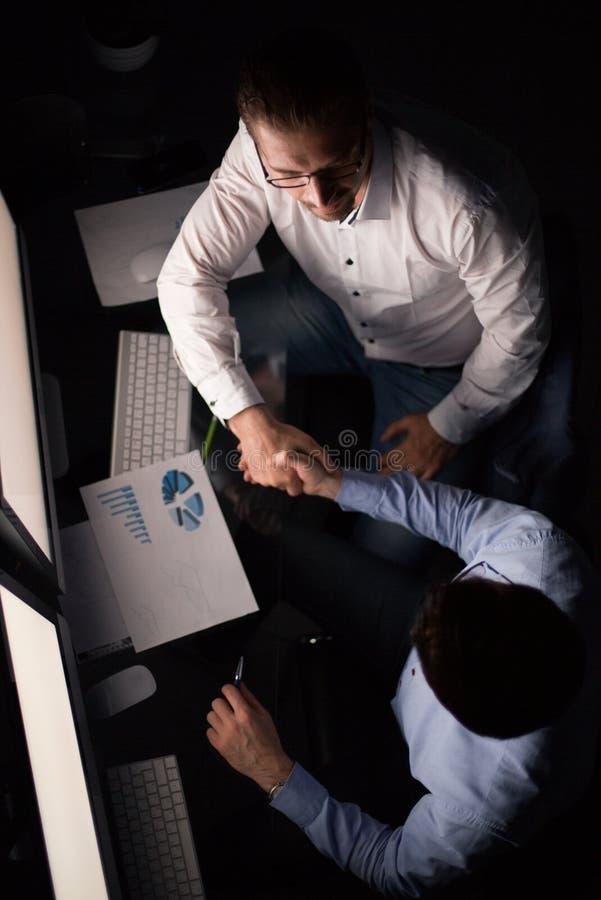 Beschneidungspfad eingeschlossen Händedruckangestellte am Schreibtisch lizenzfreie stockfotografie
