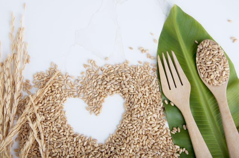 Beschneidungspfad eingeschlossen Nat?rlich von gesundem mit Weizengewinnen Liebes-Weizenk?rner als landwirtschaftlicher Hintergru stockfoto