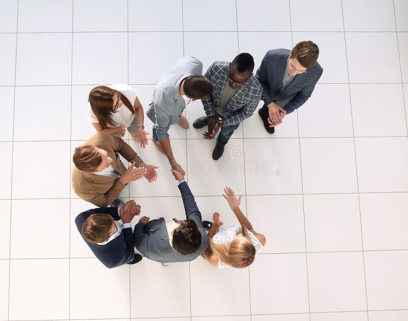 Beschneidungspfad eingeschlossen SitzungsTeilhaber im Büro stockbilder