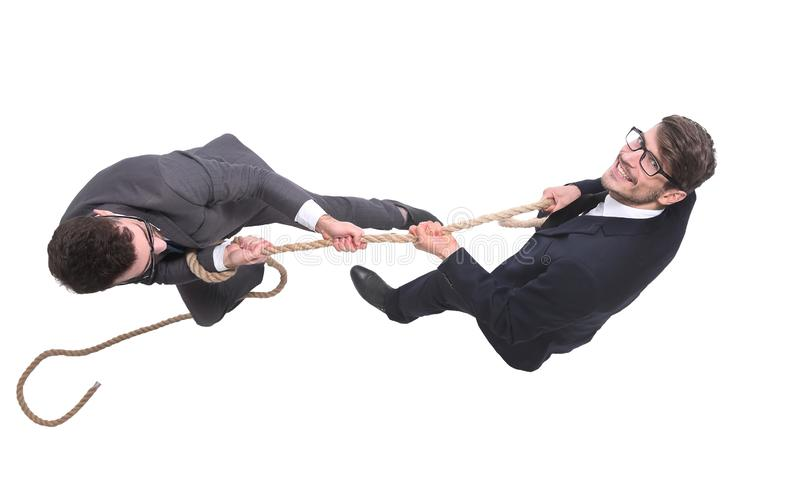 Beschneidungspfad eingeschlossen zwei junge Geschäftsmänner, die das Seil ziehen lizenzfreie stockfotografie