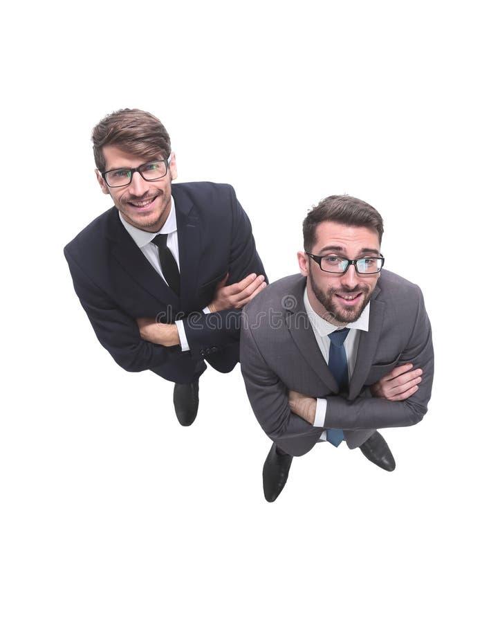 Beschneidungspfad eingeschlossen zwei lächelnde Geschäftsmänner, welche die Kamera betrachten stockbilder