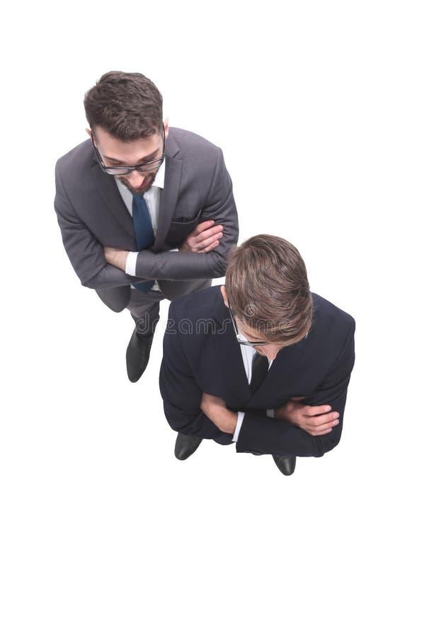 Beschneidungspfad eingeschlossen zwei lächelnde Geschäftsmänner, welche die Kamera betrachten stockfoto