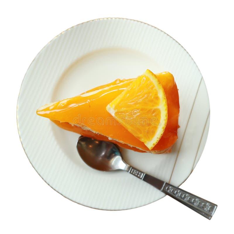 Beschneidungspfad, orange Kuchen auf der Untertasse lokalisiert auf weißem Hintergrund, geschmackvolle Süßspeise auf weißer Platt stockbilder