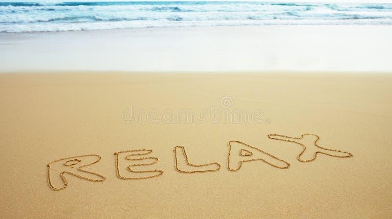 Beschreibung auf Strandsand - entspannen Sie sich stockbild