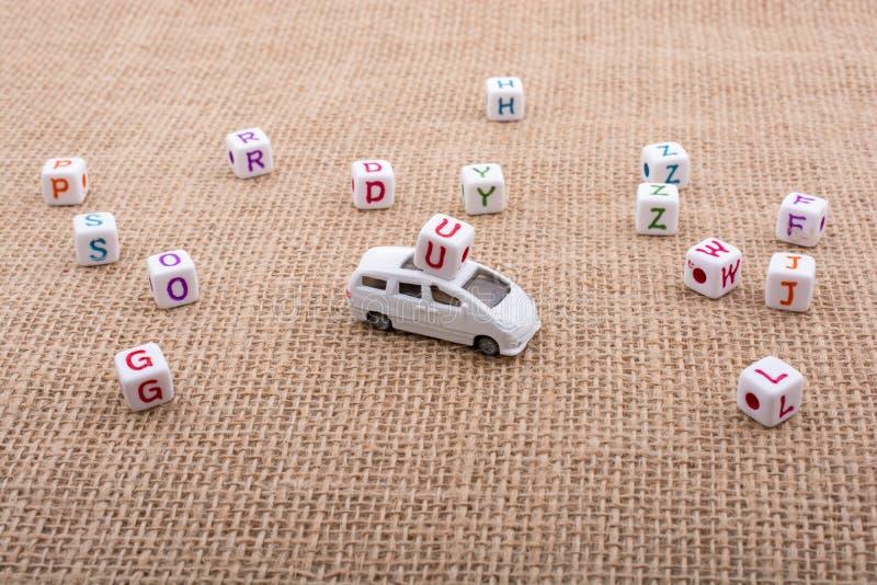 Beschriften Sie Würfel und Spielzeugauto als Transportgerät stockfotografie