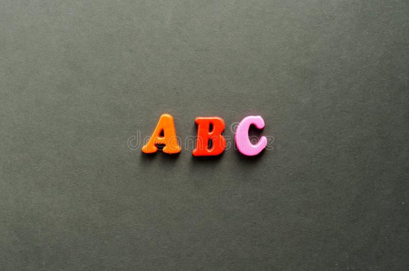Beschriftet ` ABC-` von magnetischen Plastikbuchstaben auf grauem Hintergrund stockfoto