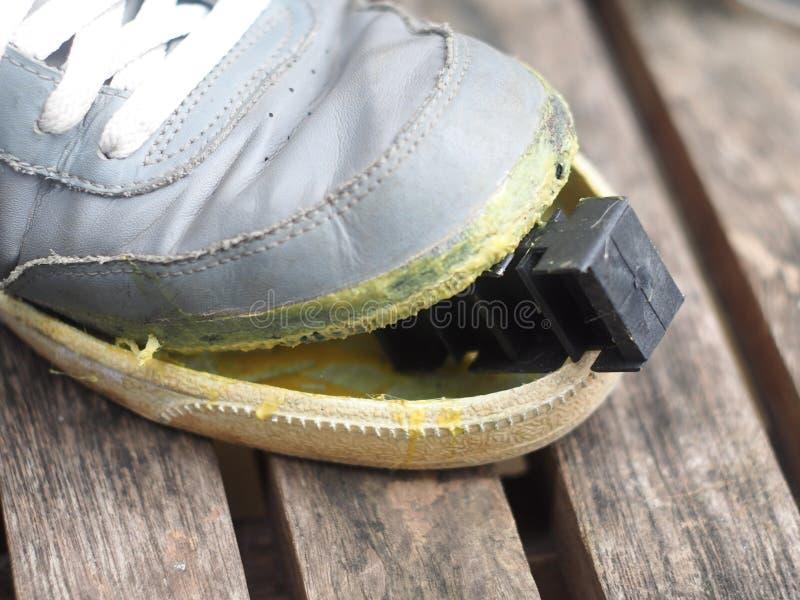 Beschuhen Sie Reparatur auf einem Holztisch mit gelbem Gummikleber stockfotos