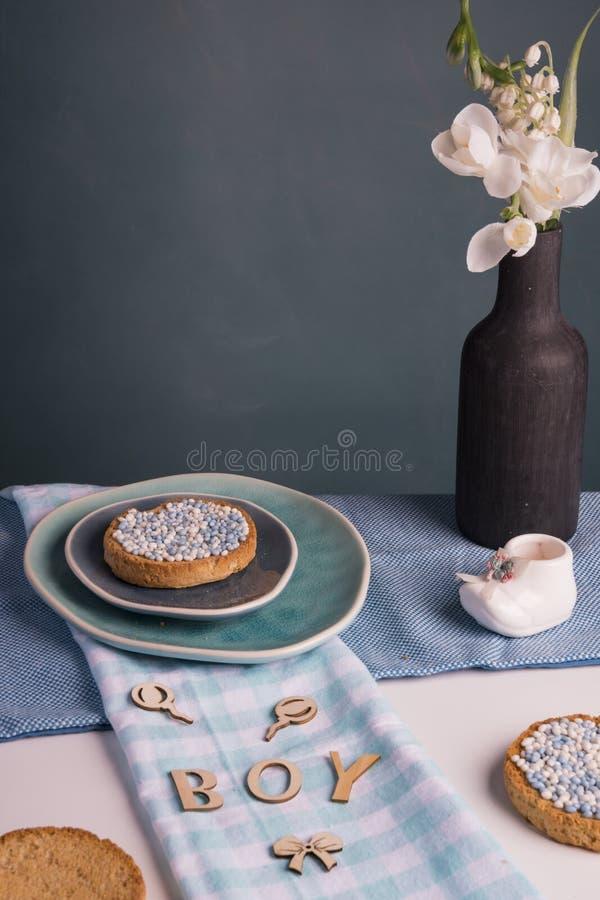 Beschuit met blauwe anijszaadballen, muisjes, traditie in Nederland om de geboorte van een zoon te vieren royalty-vrije stock foto