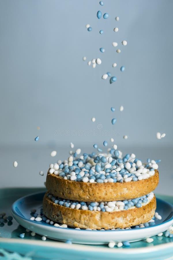 beschuit met dalende blauwe anijszaadballen, muisjes, traditie in Nederland om de geboorte van een zoon te vieren stock foto