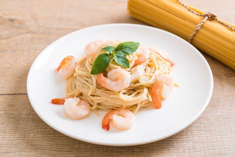 besciamella del formaggio cremoso degli spaghetti con gamberetto fotografia stock libera da diritti