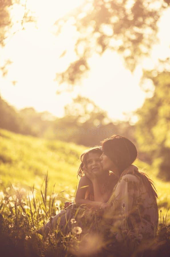 Bese y ame a sus niños fotos de archivo libres de regalías