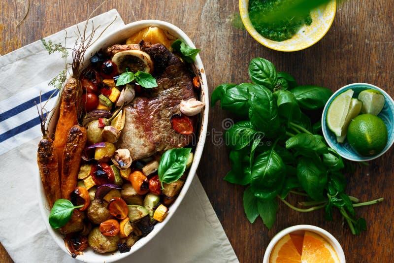 Besegra den sunt för grönsakträtabellen för nötkött kött bakade bästa sikten arkivbilder