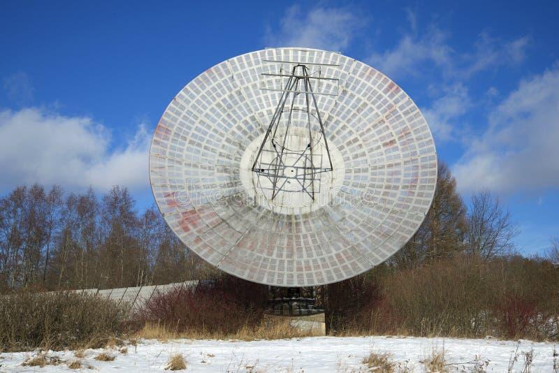 Besegra för den Pulkovo för radioteleskopet februari för closeupen observatoriet den soliga eftermiddagen St Petersburg royaltyfri fotografi