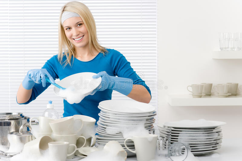 besegrar den moderna tvättande kvinnan för lyckligt kök royaltyfri bild