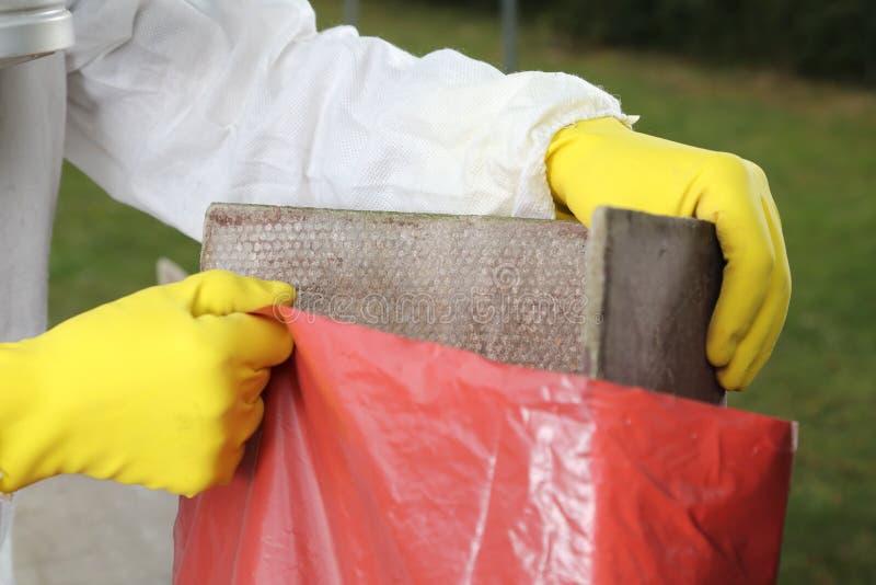 Beseitigung des Asbest-Materialabschlusses oben lizenzfreies stockbild