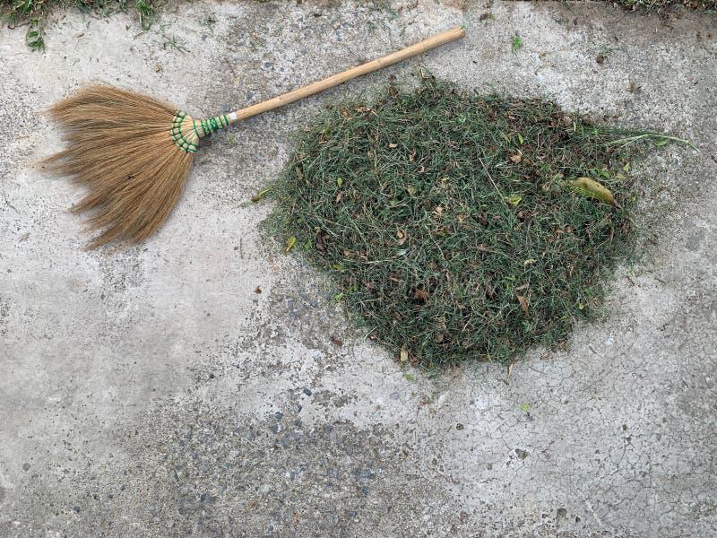 Besen und Heuschober auf Zementboden lizenzfreies stockfoto