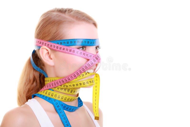 Besessen gewesene Eignungsfrau mit vielen bunten Maßbändern stockfoto