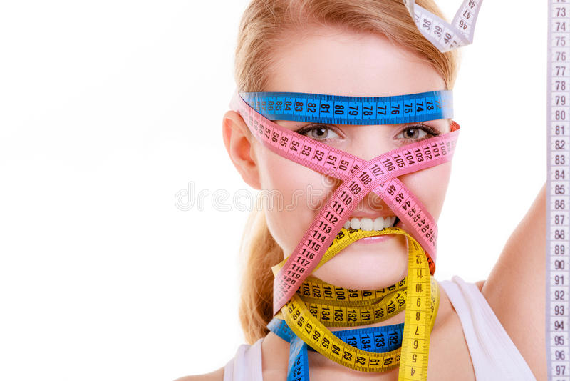 Besessen gewesene Frau mit Maßbändern. Diät. lizenzfreies stockfoto