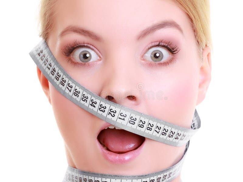 Besessen gewesenes Mädchen mit grauen Maßbändern um ihren Kopf lizenzfreie stockfotografie