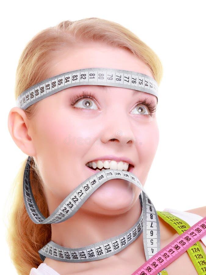 Besessen gewesenes Mädchen mit grauen Maßbändern um ihren Kopf stockbilder