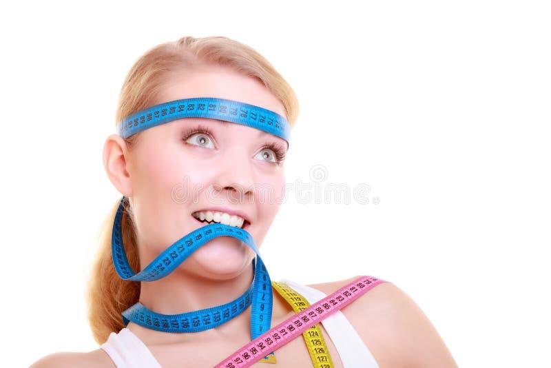 Besessen gewesenes Mädchen mit violetten Maßbändern um ihren Kopf stockbilder