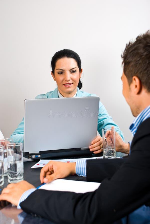 Besetzte Geschäftsfrau mitten in Sitzung lizenzfreies stockbild