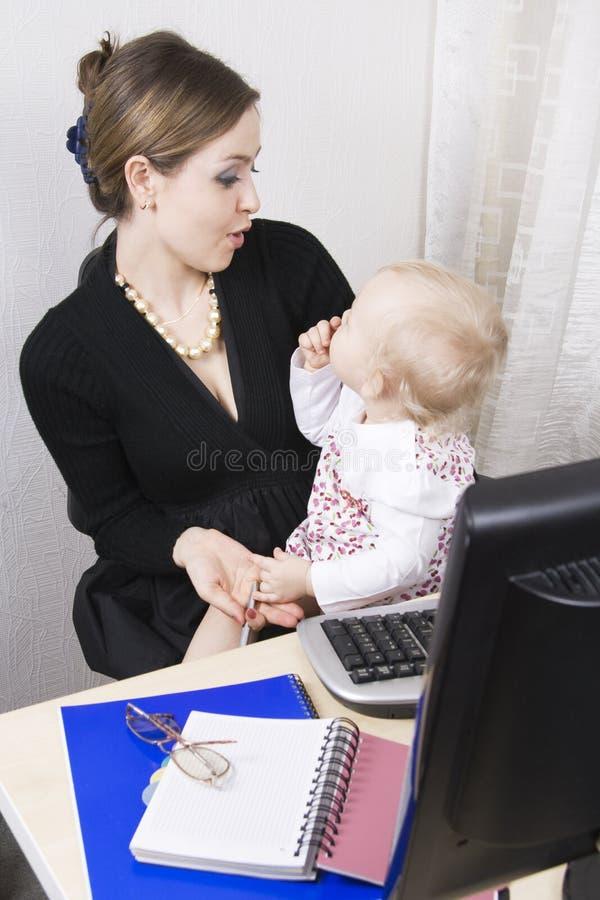 Besetzte Mutter mit ihrem Schätzchen stockfotografie