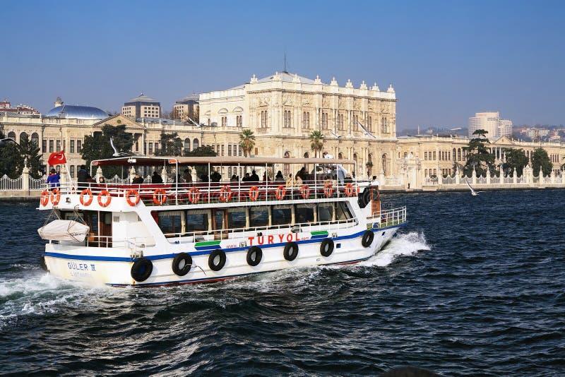 Besichtigenboot nahe dem Dolmabahce Palast lizenzfreie stockfotografie
