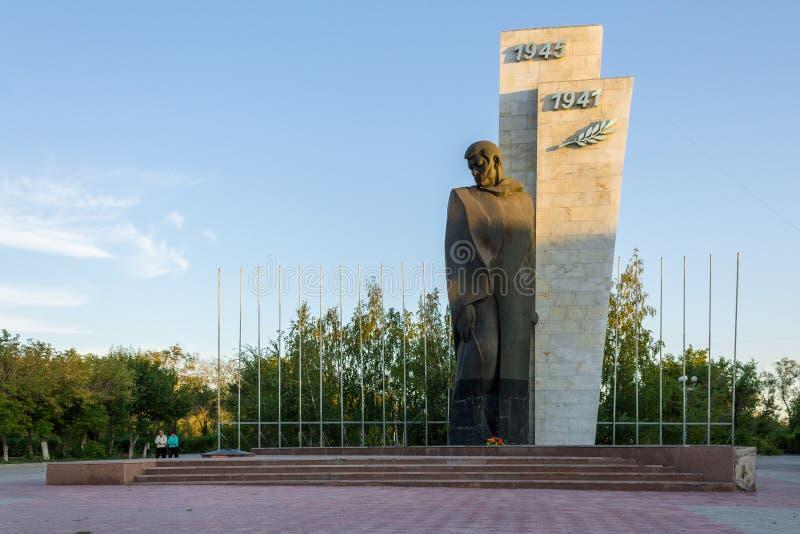 Besichtigung Kasachstan Panoramaansicht über einsames Monument des Weltkriegs des unbekannten Soldaten zweite Die Person steht he stockfoto
