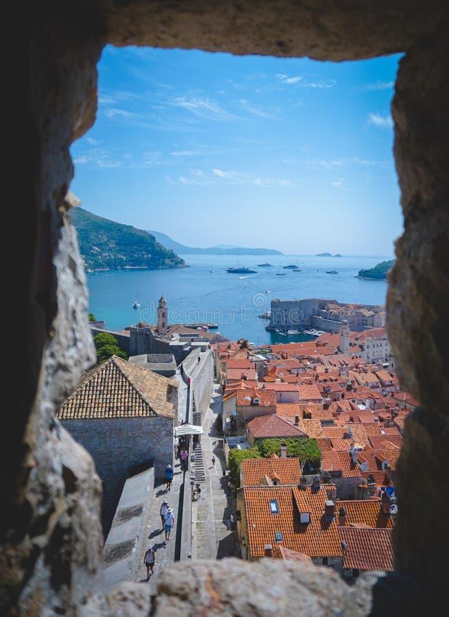 Besichtigung von Dubrovnik Kroatien von einem Fenster der alten Stadt der Stadt lizenzfreies stockfoto