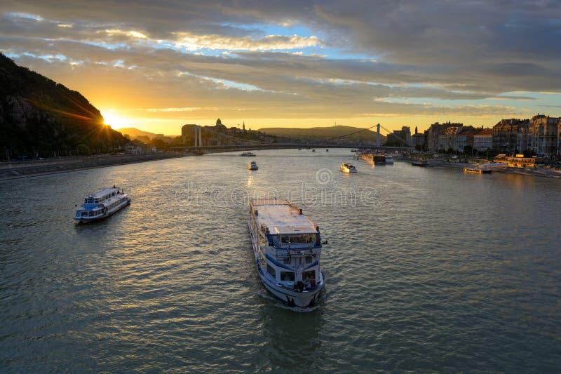Besichtigungsboot bei der Donau bei Sonnenuntergang, Budapest lizenzfreie stockfotografie