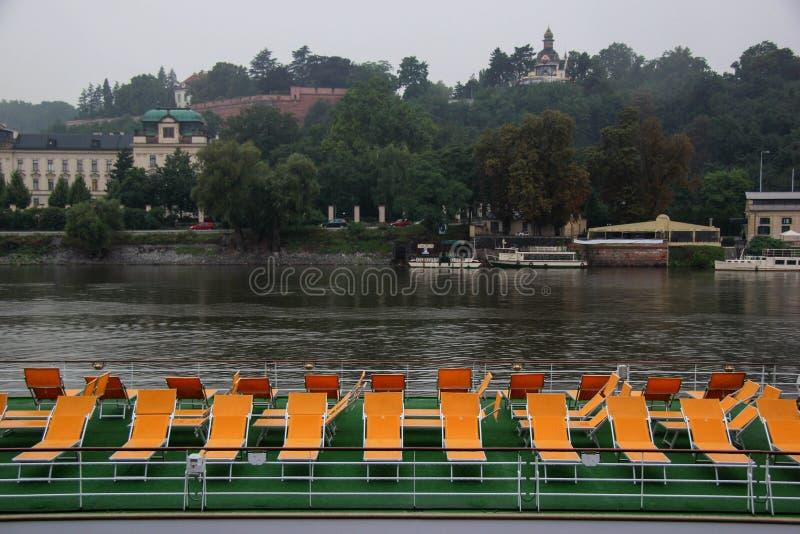 Besichtigungsboot mit Sitzen auf dem Fluss stockfoto
