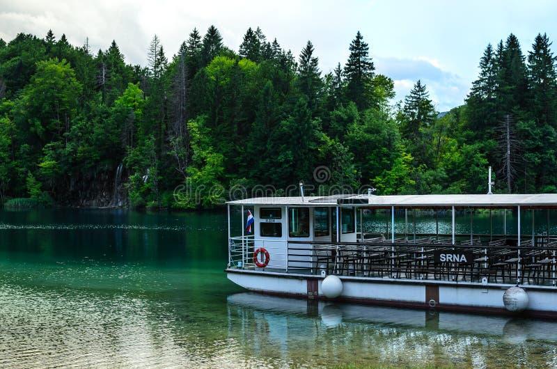 Besichtigungsfähren auf Plitvice Seen, Kroatien Schöne Landschaft lizenzfreie stockfotos