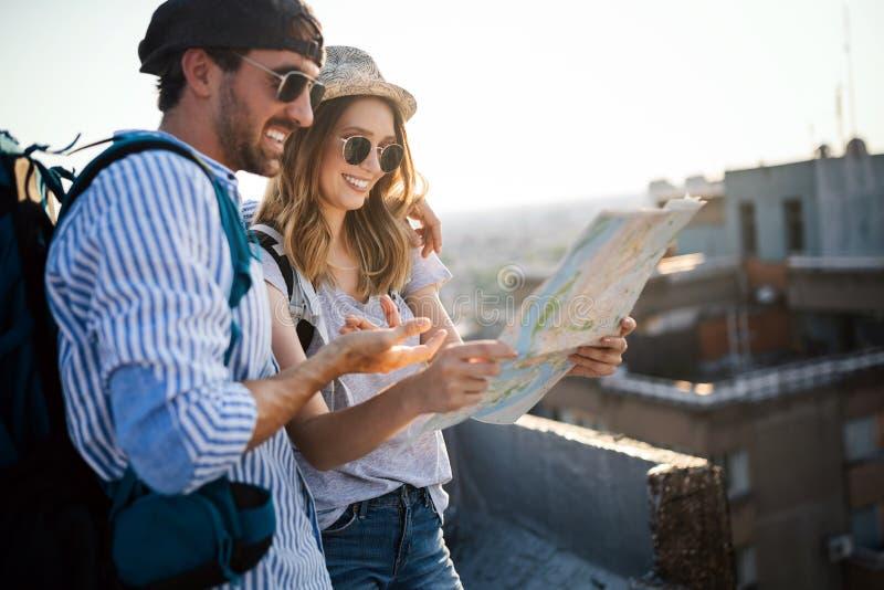 Besichtigungsstadt des gl?cklichen Paars im Urlaub mit Karte lizenzfreies stockfoto