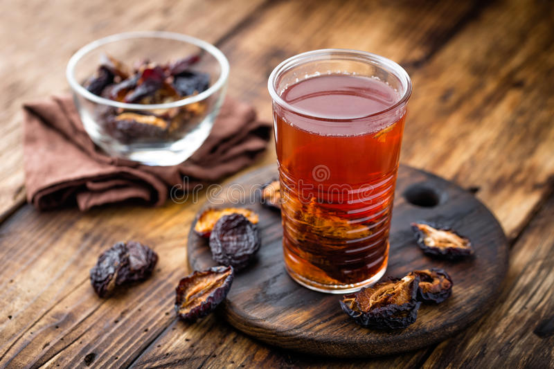 Beskära drinken, torkade plommoner extrakten, fruktdryck arkivbilder