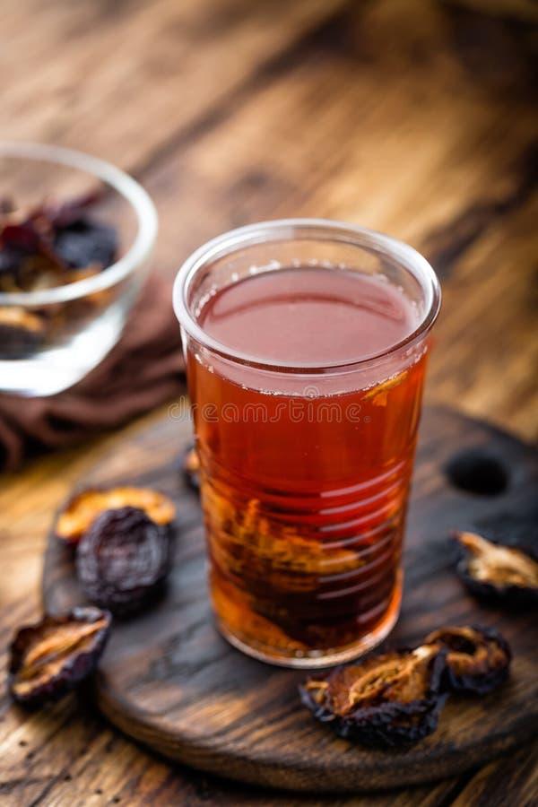 Beskära drinken, torkade plommoner extrakten, fruktdryck royaltyfri bild
