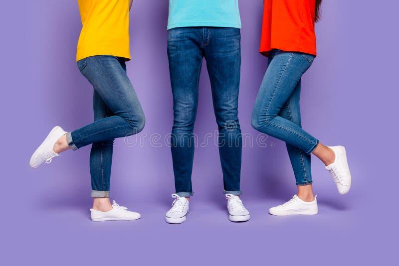 Beskärt närfoto av en maskiniker med två flickvänner som älskar isolerad violett bakgrund arkivfoton