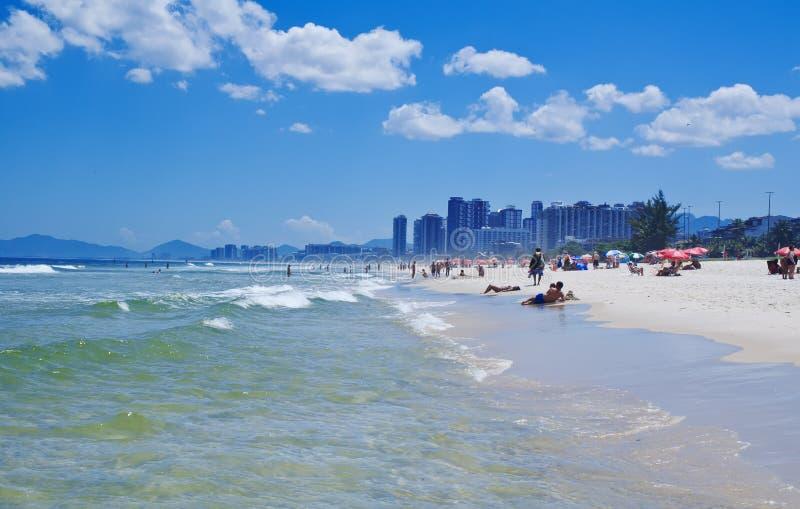 Beskåda av den Barra da Tijuca stranden i Rio de Janeiro arkivfoto