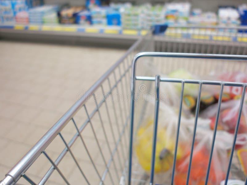 Beskåda av en shoppingvagn med livsmedelsbutikobjekt royaltyfri fotografi