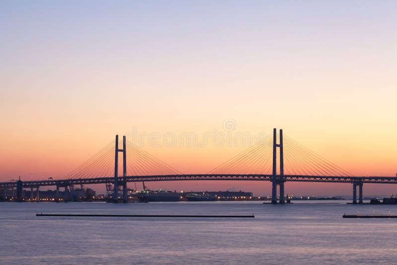 Fjärden överbryggar över soluppgång i Yokohama, Japan arkivbilder