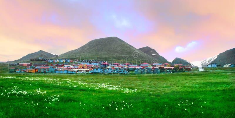 Beskåda av Longyearbyen, Norge, Spitsbergen royaltyfria bilder
