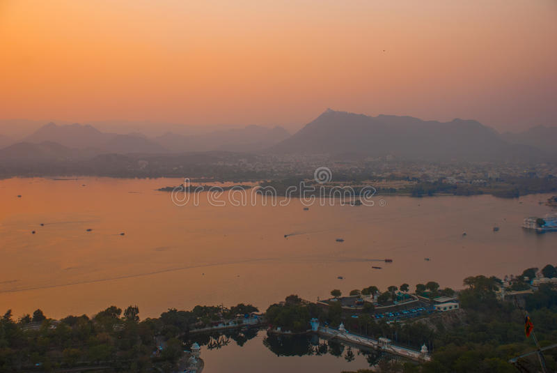 Beskåda av staden Solnedgång india udaipur royaltyfri fotografi