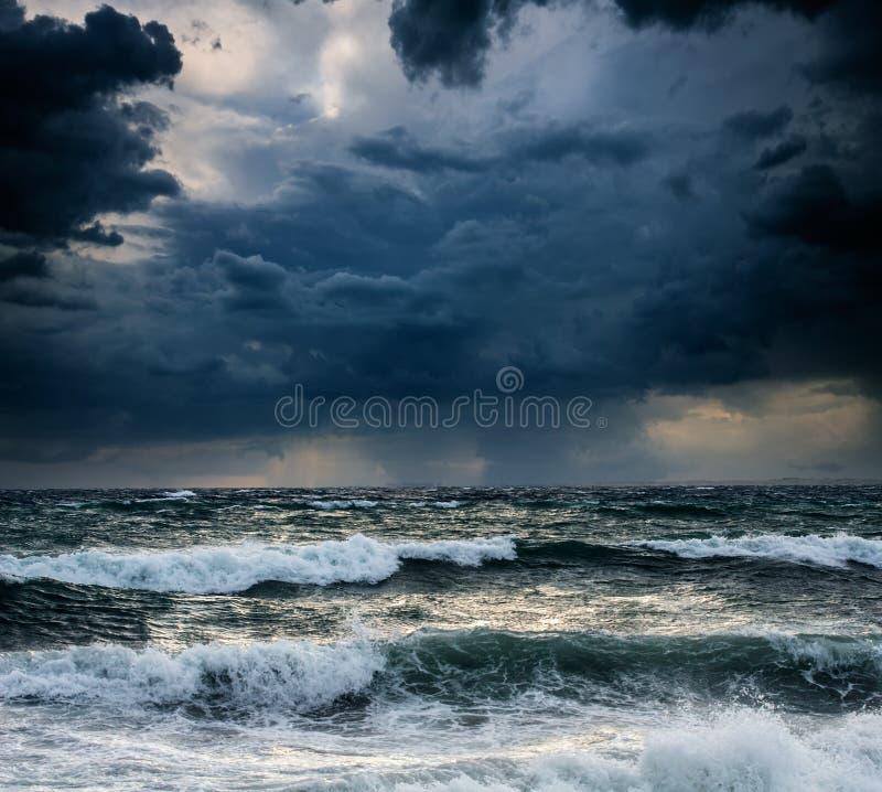 Beskåda av stormseascape arkivbild